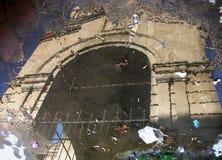 Una riflessione di una chiesa armena chiusa a Bacu, Azerbaigian Immagini Stock Libere da Diritti