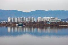 Una riflessione di un mazzo del condominio in una regione montagnosa fotografia stock libera da diritti