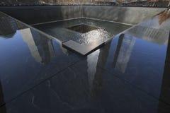Una riflessioni del World Trade Center (1WTC), di Freedom Tower ed orma di WTC, memoriale nazionale dell'11 settembre, New York,  Immagini Stock Libere da Diritti