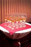 Una riga dei vetri del champagne Immagini Stock Libere da Diritti