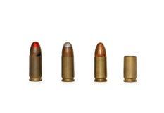 Una riga delle cartucce di 9mm e del caso speso isolati Fotografia Stock Libera da Diritti