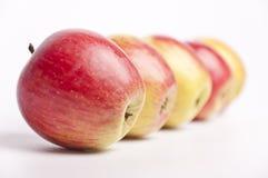 Una riga delle mele Immagini Stock