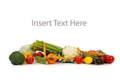 Una riga delle verdure su bianco con lo spazio della copia fotografie stock libere da diritti