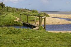 Una ripresa esterna ha spolverizzato la spiaggia delle coperture sull'acqua di Southampton all'estremità del percorso di freno de fotografie stock
