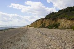 Una ripresa esterna ha spolverizzato la spiaggia delle coperture sull'acqua di Southampton all'estremità del percorso di freno de fotografia stock libera da diritti