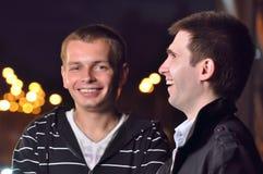 Una risata dei due amici Fotografie Stock Libere da Diritti