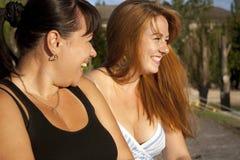 Una risata delle due ragazze Immagini Stock