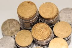 Una riserva di cento valute della moneta del metallo della rupia indiana cinque di numero 5 su fondo isolato Finanziario, economi fotografia stock libera da diritti