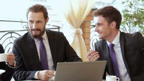 Una riunione di due uomini d'affari per il pranzo stock footage
