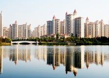 Una riva del lago della palazzina di appartamenti Fotografia Stock Libera da Diritti