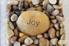 """Una roca con """"alegría"""" grabó en ella Foto de archivo"""