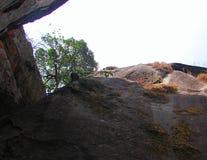 Una roca gigante con el cielo abierto Fotos de archivo libres de regalías