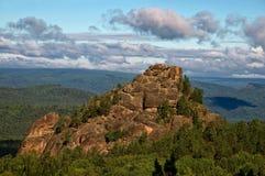 Una roca grande en el medio del bosque Imagenes de archivo
