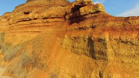 Una roca marrón de la textura que desmenuza almacen de video