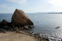 Una roca o una colina grande que se llaman el ` el ` del Snorer en el mar en guilas del  de Ã, un pueblo de los pescadores del m imagenes de archivo
