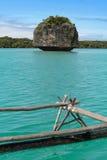 Una roccia in acqua del turchese Immagine Stock
