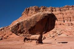 Una roccia equilibrata sotto le scogliere Vermillion Immagine Stock Libera da Diritti