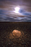 Una roccia illuminata alla notte con un'illuminazione di luna piena Immagine Stock