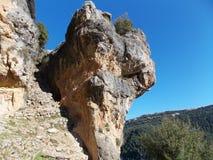 Una roccia naturalmente scolpita nel Libano che sta su un'alta scogliera Fotografia Stock