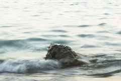 Una roccia nel mare Fotografia Stock Libera da Diritti