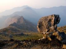 Una roccia sopra le colline fotografia stock