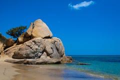 Una roccia sulla spiaggia di Costarei fotografie stock