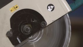 Una ronda grande consideró extremos el movimiento En la fábrica, la sierra fue apagada almacen de video