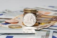 Una rublo e l'euro (monete e banconote) fotografia stock