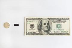 Una rublo rusa iguala cientos dólares americanos Fotografía de archivo