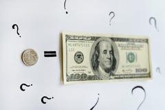 Una rublo russa uguaglia cento dollari americani Fotografia Stock Libera da Diritti
