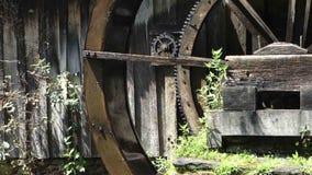 Una rueda de agua vieja, preservada que da vuelta lentamente almacen de video