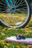 Una rueda de bicicleta en el parque imagen de archivo