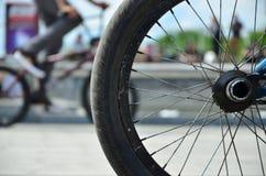 Una rueda de la bici de BMX contra el contexto de una calle borrosa con c Fotografía de archivo