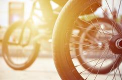 Una rueda de la bici de BMX contra el contexto de una calle borrosa con c Foto de archivo libre de regalías