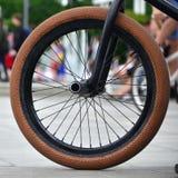Una rueda de la bici de BMX contra el contexto de una calle borrosa con c Imagen de archivo libre de regalías