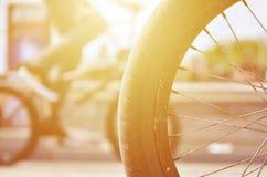 Una rueda de la bici de BMX contra el contexto de una calle borrosa con c Fotografía de archivo libre de regalías