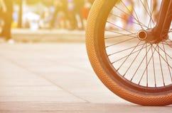 Una rueda de la bici de BMX contra el contexto de una calle borrosa con c Imagenes de archivo