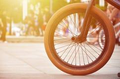 Una rueda de la bici de BMX contra el contexto de una calle borrosa con c Imagen de archivo