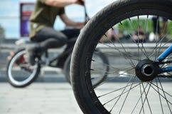 Una rueda de la bici de BMX contra el contexto de una calle borrosa con c Imágenes de archivo libres de regalías