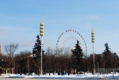 Una rueda grande de un nombre del aniversario 850 de Moscú, en el territorio del ENEA, construido al aniversario 850 de Moscú imagenes de archivo