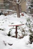 Una rueda inestable aherrumbrada cubierta en nieve Fotos de archivo libres de regalías