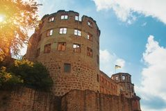 Una ruina de la torre de piedra del castillo de Heidelberg en sol en el ev Fotos de archivo
