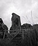 Una ruina detrás de una cerca imagen de archivo