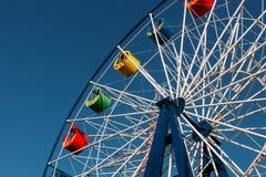 Una ruota di ferris ed il cielo blu immagine stock
