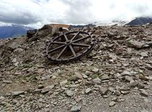 Una ruota sola da una cabina di funivia abbandonata fotografia stock