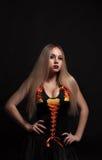 Una sacerdotessa gotica bionda nello scuro immagini stock