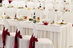 Una sala de banquetes del restaurante adornada para una boda Imagenes de archivo