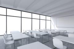 Una sala de clase panorámica moderna con el espacio blanco de la copia en las ventanas Tablas blancas y sillas blancas y un white Imagenes de archivo