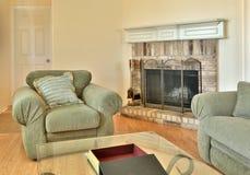 Una sala de estar agradable de la familia con la chimenea Fotografía de archivo libre de regalías