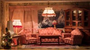Una sala de estar de la casa de muñecas en el tiempo de la Navidad Foto de archivo